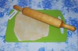 Шаг 6. Раскатать лепешку, присыпать мукой, с размером вашей сковородки.