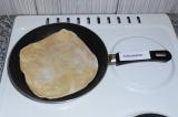 Шаг 7. Жарить на сковородке с двух сторон. Поливать маленькой ложкой саму лепешк