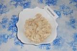 Шаг 1. Куриное филе нарезать очень мелко, выложить в тарелку.