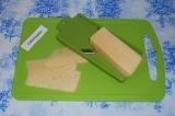 Шаг 5. Нарезать сыр тонкими пластами.
