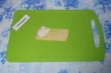 Шаг 6. Выложить сыр, на него добавить куриную начинку.