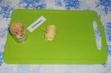 Шаг 7. Крутить мини рулетик и закрепить зубочисткой или спажкой.
