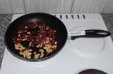 Шаг 1. Выложить все орехи на сухую сковородку. Подсушить, постоянно помешивая
