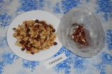 Шаг 3. Скрутить верх мешочка и как бы «шурудить» им, чтобы очистить орехи от шел