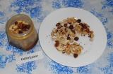 Шаг 4. В банку с медом выложить половину орехов, перемешать.