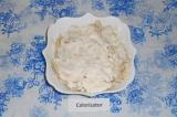 Шаг 9. Нарезать курицу на волокна и выложить сверху яиц, смазать сметаной.
