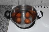 Шаг 1. Отварить яйца в воде.