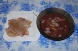Шаг 3. Кальмары залить горячей водой, очистить, промыть под проточной водой.