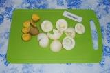 Шаг 7. Желтки отделить от белков. Белки натереть на терке и выложить сверху каль