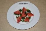 Шаг 4. На тарелку вылить немного соуса, сверху выложить нарезанные помидоры.