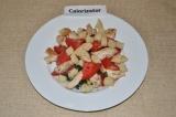 Шаг 6. Сухари также выложить на тарелку, добавить немного помидор и обжаренного
