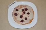 Шаг 8. Каждый корж смазать сметанным кремом, добавляя вишни.