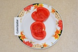 Шаг 1. Выбрать помидоры и помыть. Если помидор большой, его можно разрезать на