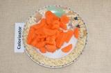 Шаг 2. Морковь очистить и нарезать полукольцами.