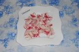 Шаг 1. Крабовое мясо нарезать на дно тарелки.