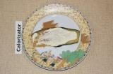 Шаг 4. Обжаренный слайс баклажана смазать сметаной с чесноком.