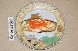 Шаг 6. Далее выложить корейскую морковь. Свернуть баклажаны в рулеты.