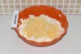 Шаг 4. Добавить кукурузную крупу в творог и перемешать.