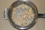 Шаг 3. На разогретой сковороде с растительным маслом обжарить филе до полуготовн