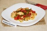 Готовое блюдо: куриное филе с фасолью и перцем