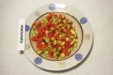 Шаг 5. Смешать кабачок с помидорами, добавить измельчённую мякоть перца чили.