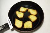 Шаг 6. Обжарить хлеб в 1 ст. ложке оливкового масла. Выложить овощную начинку на