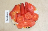 Шаг 1. Нарезать овощи: помидоры кружочками, перец разрезать на половинки.