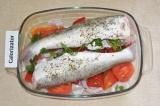 Шаг 6. В серединку судака засунуть петрушку и выложить на овощную подушку. Запек