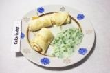Готовое блюдо: омлетные рулетики с огуречным соусом