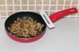 Шаг 5. Обжарить орехи на сухой сковороде.