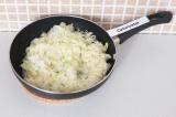 Шаг 3. Потушить капусту с луком на сковороде в течение 10 минут.