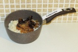 Шаг 5. Добавить финики, молоко и изюм к рису и поставить на медленный огонь
