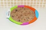 Шаг 8. Выложить рисовую смесь в форму.
