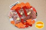 Шаг 4. Апельсин разрезать на две части и выдавить сок. Этим соком полить мясо