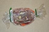 Шаг 5. В рукав для запекания выложить овощи, сверху положить мясо. Отправить