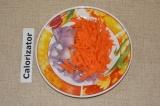 Шаг 1. Лук и морковь очистить и измельчить. Обжарить на сковороде до полуготовно