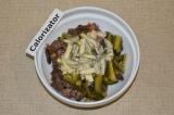 Шаг 5. Добавить в салат порезанный огурец и несколько ложек соуса.