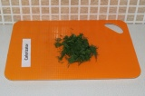 Шаг 9. Нарезать зелень.