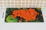 Шаг 3. Порезать морковь.