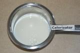 Шаг 1. Молоко подогреть на плите, но не кипятить.