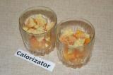 Шаг 7. На дно посуды выложить порезанные абрикосы и поломанное печенье.