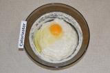Шаг 4. Добавить яйцо и снова аккуратно перемешать.