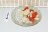 Шаг 2. Морковь и цветную капусту отварить на пару в течение 5 минут.