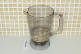 Шаг 4. Взбить блендером кешью с водой до однородной массы.