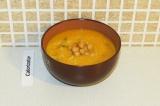 Шаг 10. В чашу с супом добавить нут и присыпать зеленью перед подачей.