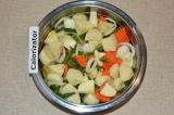 Шаг 5. Картофель нарезать небольшими кубиками и соединить с остальными ингредиен
