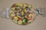 Шаг 6. В рукав поместить мясо с овощами. Отправить в духовку на 1 час 30 минут
