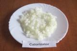 Шаг 1. Очистить лук и мелко нарезать.
