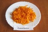 Шаг 2. Очистить и помыть морковь, натереть ее на крупной терке.