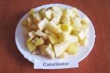Шаг 3. Очищенный картофель нарезать кубиками.